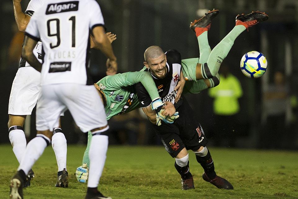 Luiz Gustavo e o goleiro Éverson durante Vasco x Ceará