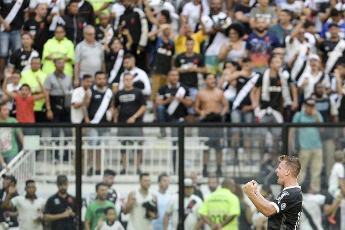 Maxi Lopez comemora gol durante Vasco x Cruzeiro pela 29ª rodada do Campeonato Brasileiro, no Estádio de São Januário, neste domingo (14) no Rio de Janeiro, RJ.